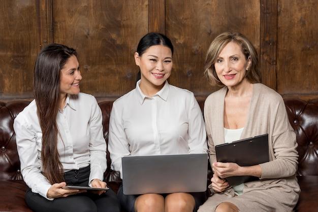Smiley dames zakelijke bijeenkomst