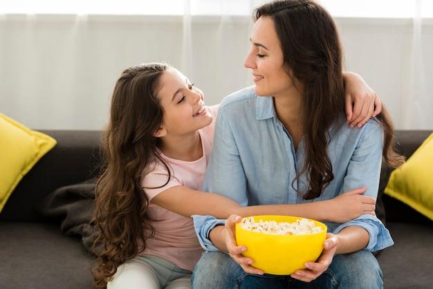 Smiley-dochter die haar moeder koestert