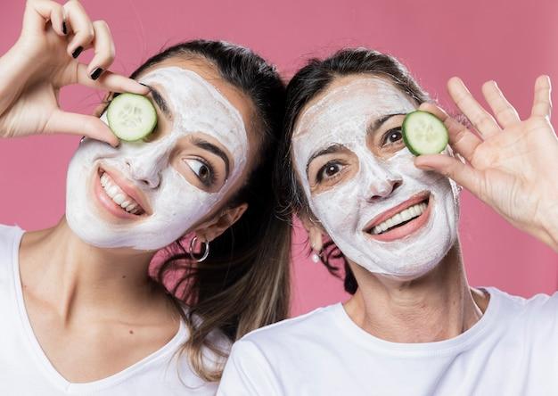 Smiley dochter en moeder met gezichtsmasker