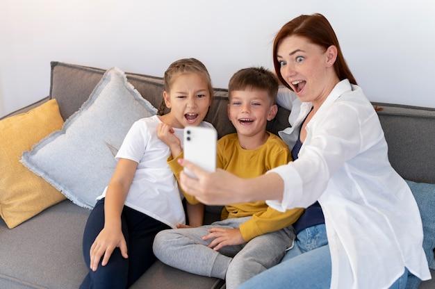 Smiley-familie die selfie medium shot maakt