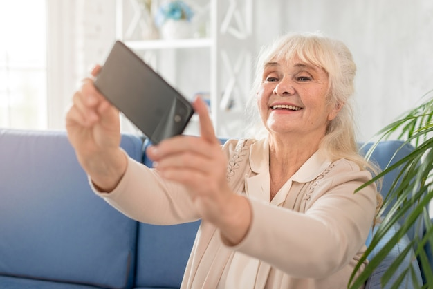 Smiley grootmoeder selfie te nemen