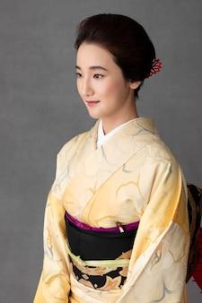 Smiley japanse vrouw in een lichte kimono