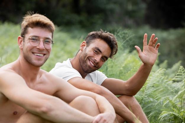 Smiley jonge mannelijke reizigers portret