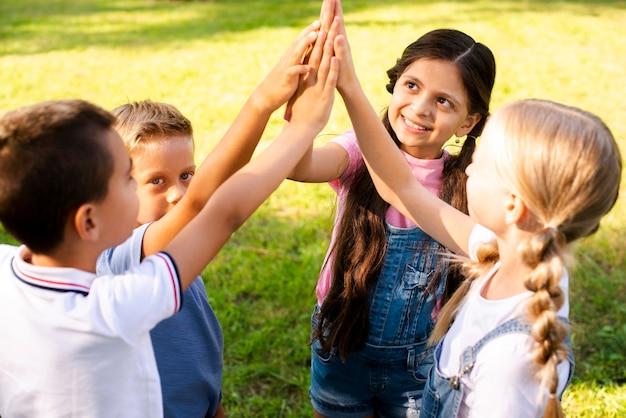 Smiley jonge vrienden hoge vijf in lucht