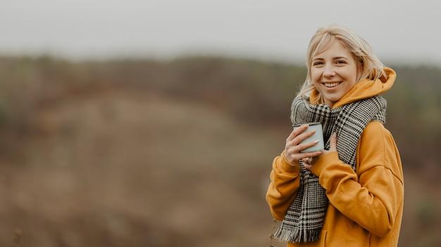 Smiley jonge vrouw het drinken van thee