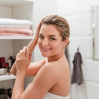 Smiley jonge vrouw in handdoek