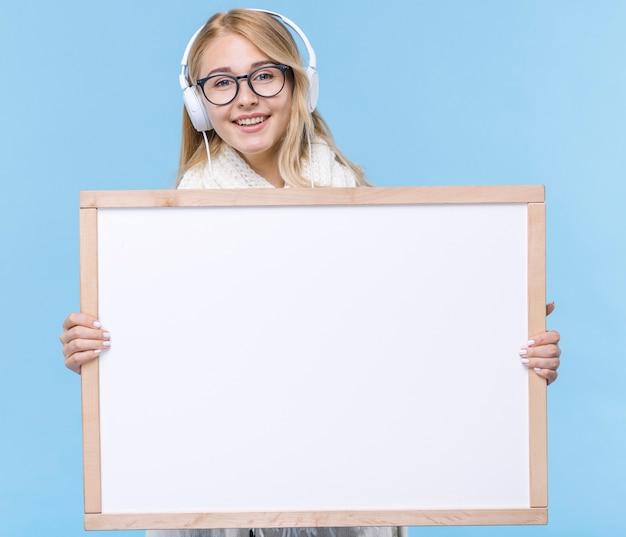 Smiley jonge vrouw met een koptelefoon