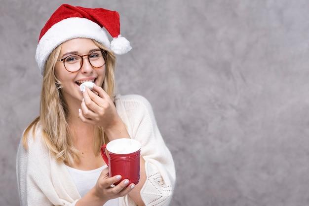 Smiley jonge vrouw met kerstmishoed