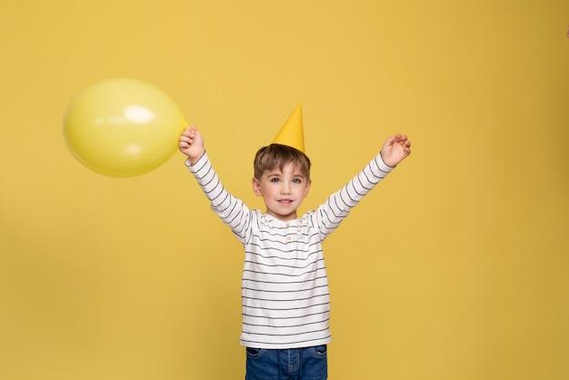 Smiley jongetje geïsoleerd op geel