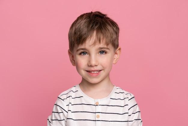 Smiley jongetje geïsoleerd op roze