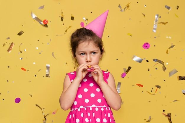 Smiley jongetje viert zijn verjaardag