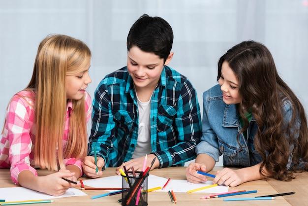 Smiley kinderen aan tafel kleuren