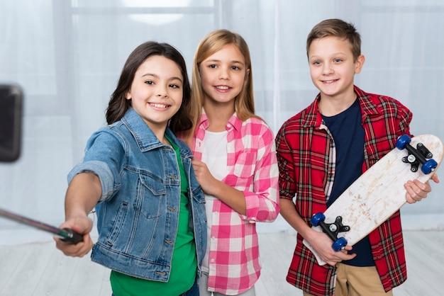 Smiley-kinderen die selfies maken