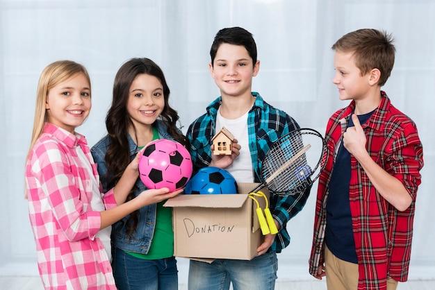 Smiley kinderen houden donatie boxon box