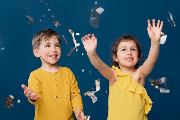 Smiley kleine kinderen vieren
