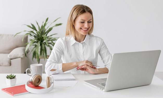 Smiley-leraar met aandacht voor haar studenten