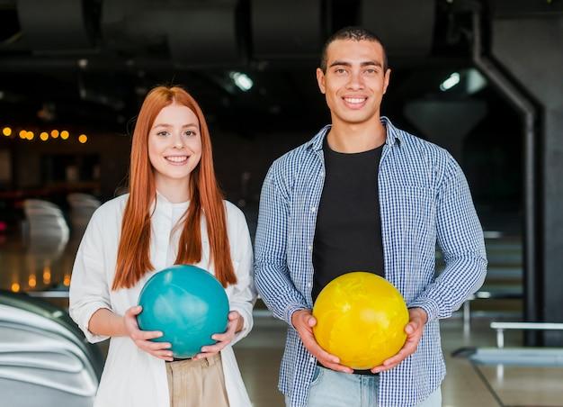 Smiley man en vrouw met bowlingballen
