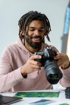 Smiley man met camera