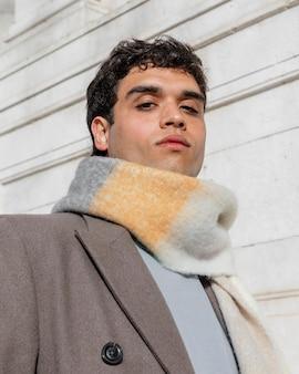 Smiley man met sjaal close-up