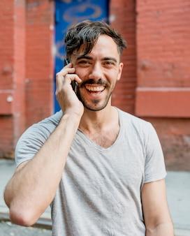 Smiley man praten over de telefoon