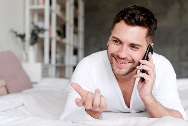 Smiley man praten via de telefoon