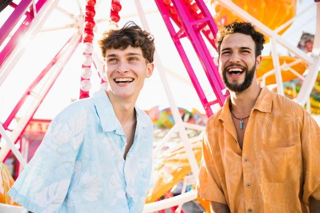 Smiley mannelijke vrienden die in zonlicht weg kijken