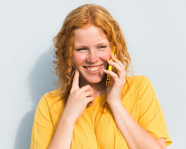 Smiley meisje aan de telefoon