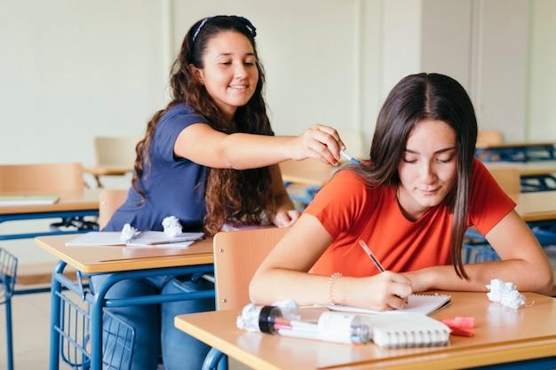 Smiley meisje afleiden haar schoolgenoot