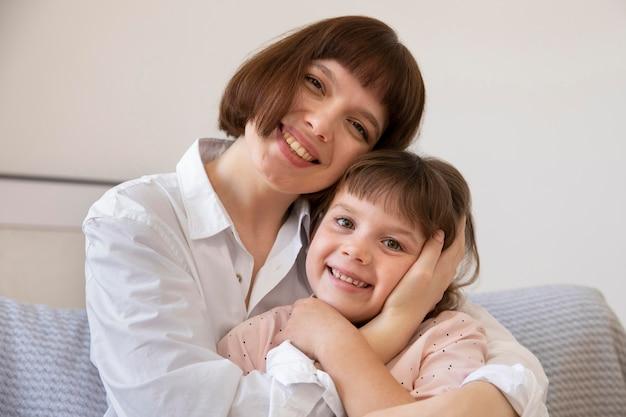 Smiley meisje en moeder medium shot