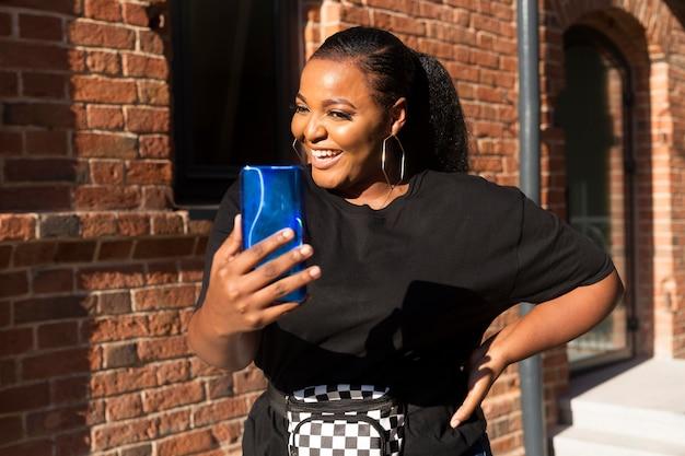 Smiley meisje kijkt naar haar telefoon