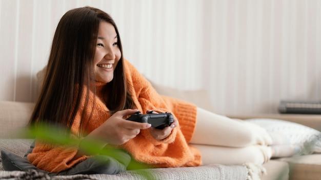 Smiley meisje met controller volledig schot