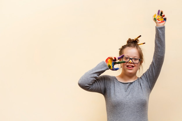 Smiley meisje met down syndroom en kleurrijke palmen