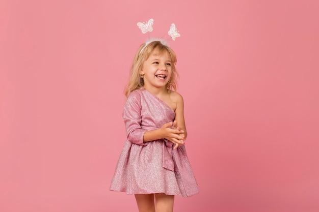 Smiley meisje met fee kostuum