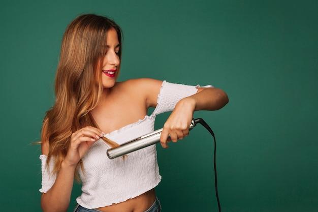 Smiley meisje met haar straightener