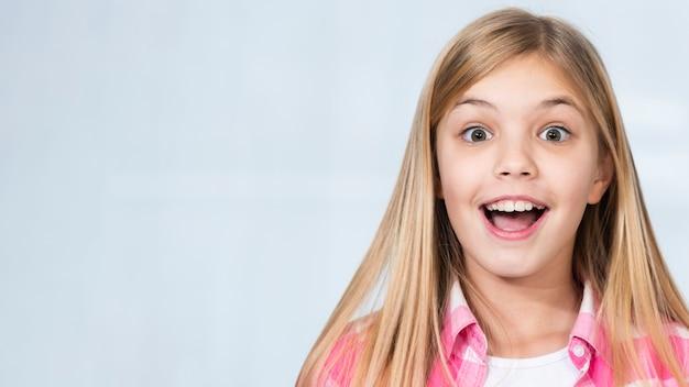 Smiley meisje met kopie-ruimte