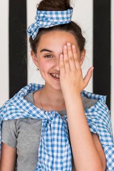 Smiley meisje voor haar oog