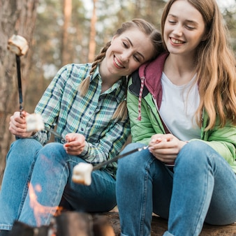 Smiley meisjes met marshmallow