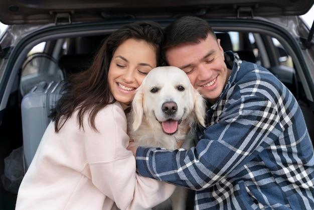 Smiley mensen knuffelen hond medium shot