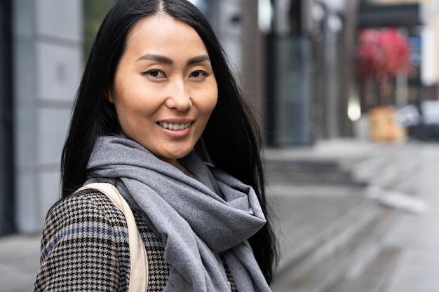 Smiley model poseren in de stad