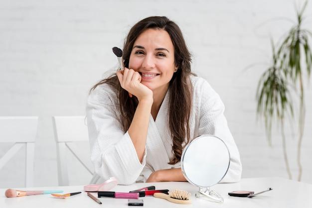 Smiley-moeder doet haar make-up
