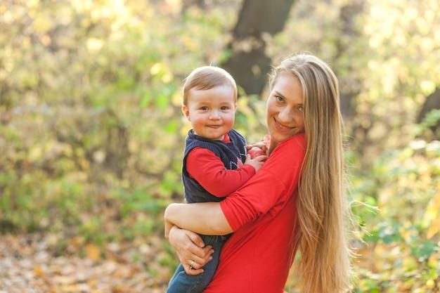 Smiley moeder en schattige kleine jongen