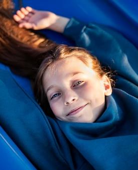 Smiley mooi meisje op de speelplaats