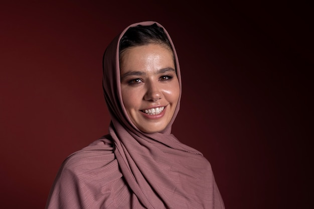 Smiley moslimvrouw die een hijaab draagt