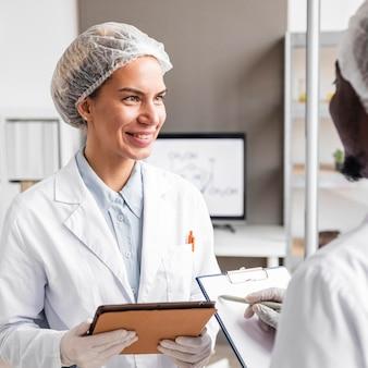 Smiley-onderzoekers in het biotechnologielaboratorium
