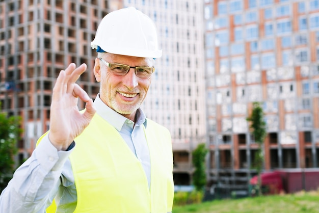 Smiley oude man met helm goedkeuring tonen