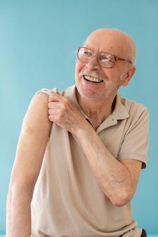 Smiley oude man na middelmatig schot in vaccin
