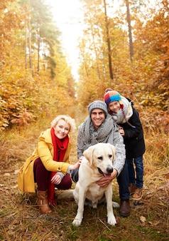 Smiley ouders met zoon en hond