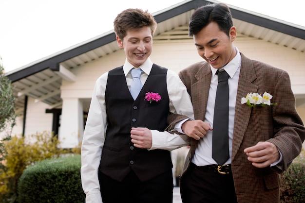 Smiley-paar klaar voor prom medium shot