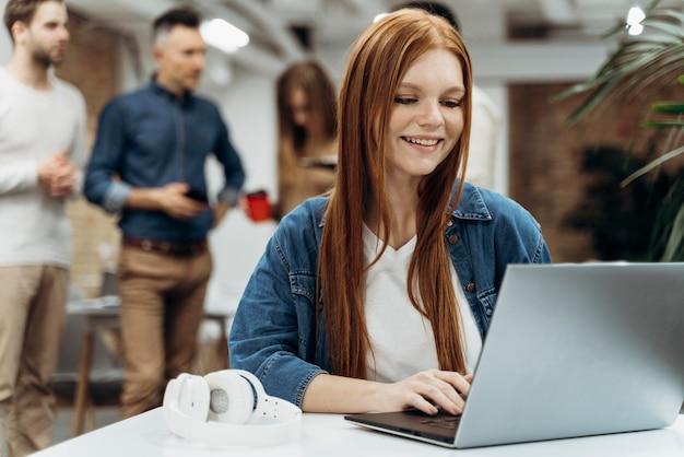 Smiley roodharige zakenvrouw werken