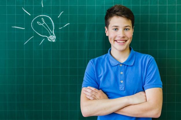 Smiley student voor het schoolbord